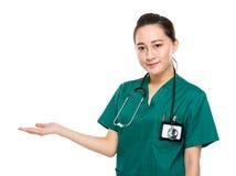 Presente femenino del médico de la raza mixta asiática a mano imagen de archivo