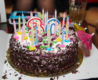 Presente festivo para o trigésimo bolo do aniversário com velas Imagem de Stock