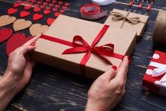 Presente finito del regalo legato con il nastro rosso Immagine Stock Libera da Diritti