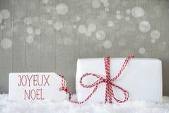 Presente, fundo com Bokeh, Joyeux Noel Means Merry Christmas do cimento Fotografia de Stock Royalty Free