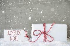 Presente, fundo com flocos de neve, Joyeux Noel Means Merry Christmas do cimento Imagens de Stock Royalty Free