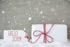 Presente, fundo com flocos de neve, texto olá! 2019 do cimento imagem de stock royalty free
