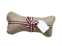 Presente isolado do osso de cão envolvido Imagem de Stock