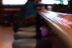 Presente la barra y los taburetes dentro de una barra americana fotografía de archivo