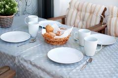 Presente la configuración para el desayuno imagenes de archivo