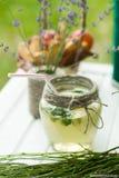 Presente la decoración con las flores, comida en un bosque del pino Imágenes de archivo libres de regalías