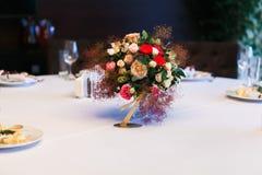 Presente la decoración con números y velas de la tabla de las flores Fotos de archivo