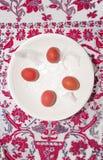 Presente la decoración en el fondo de madera blanco con los huevos de codornices Imagenes de archivo