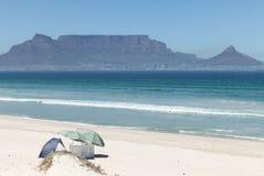 Presente la montaña, fotografiada de Bloubergstrand, Cape Town, Suráfrica imágenes de archivo libres de regalías
