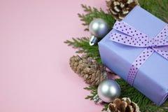 Presente lilás com a fita do às bolinhas no rosa Imagens de Stock