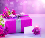 Presente luxuoso com flores cor-de-rosa Fotografia de Stock Royalty Free