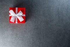 Presente na caixa vermelha Espaço vazio para a zombaria acima Imagem de Stock Royalty Free