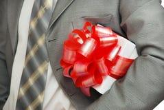 Presente nas mãos do homem de negócios Fotografia de Stock Royalty Free
