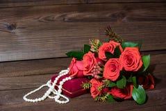 Presente no dia do ` s do Valentim de Saint no fundo de madeira imagens de stock royalty free