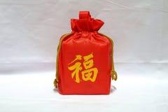 Presente no saco vermelho pelo ano novo chinês Fotos de Stock