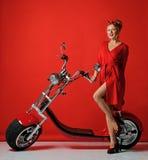 Presente novo do 'trotinette' da bicicleta da motocicleta do carro elétrico do passeio do estilo do pinup da mulher pelo ano novo fotos de stock royalty free