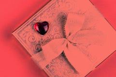 Presente ou caixa atual na cor do coral de vida para o dia de Valentim fotos de stock royalty free