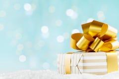 Presente ou caixa atual no fundo mágico do bokeh Composição do feriado pelo Natal ou o ano novo imagem de stock