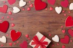 Presente ou caixa de presente e corações misturados para o quadro do dia de Valentim Vista superior Fundo do feriado com espaço v Imagens de Stock