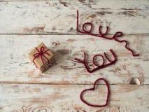 Presente para alguém com eu te amo letras no fundo de madeira Fim acima Espaço do texto Presente para o dia do ` s do Valentim do Foto de Stock