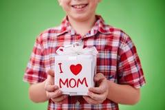 Presente para la madre Foto de archivo libre de regalías