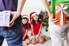 Presente para los cabritos en la Navidad Imagen de archivo libre de regalías