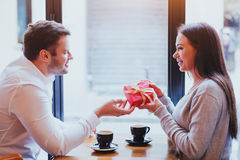 Presente para o dia de Valentim, o aniversário ou o aniversário - par Imagem de Stock Royalty Free