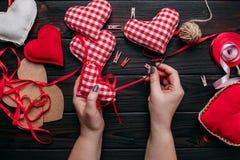 presente para o dia do ` s do Valentim Passatempo diy criativo do ofício Fazendo o ha imagens de stock