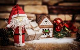 Presente para o Natal, casa de pão-de-espécie, um brinquedo Santa Claus imagem de stock royalty free