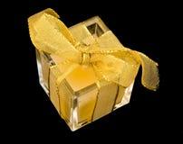 Presente pequeno mas envolvido com fita do ouro. Imagens de Stock Royalty Free