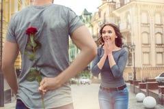 Presente romântico da data nova da caminhada da cidade dos pares foto de stock royalty free