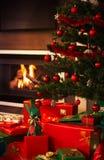 Presente sotto l'albero di Natale fotografie stock
