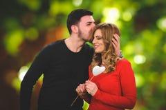 Presente surpreendente romântico para a menina bonita Imagem de Stock