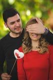 Presente surpreendente romântico para a menina bonita Fotografia de Stock Royalty Free