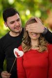 Presente surpreendente romântico para a menina bonita Foto de Stock Royalty Free