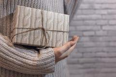 Presente Textured nas mãos imagem de stock