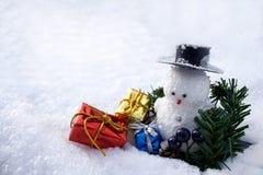 Presente variopinti e un pupazzo di neve Fotografia Stock Libera da Diritti