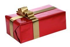 Presente vermelho com fitas do ouro Fotografia de Stock Royalty Free