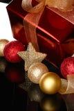 Presente vermelho do Natal com esferas da árvore Imagens de Stock