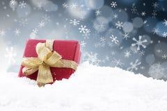 Presente vermelho do Natal com luzes defocused pretas Fotos de Stock
