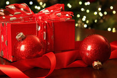 Presente vermelho do Natal com ornamento Imagens de Stock Royalty Free