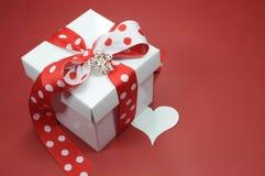 Presente vermelho e branco da caixa de presente do tema do às bolinhas Fotografia de Stock