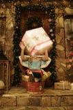 Presente virginal del tiro de la nieve Umbral de la casa adornado en estilo de la Navidad Fotos de archivo libres de regalías
