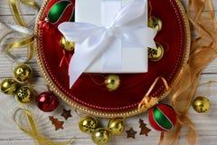 Presente y ornamentos del blanco Fotografía de archivo libre de regalías