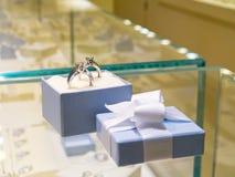presenten för gåvan shoppar jewerly Royaltyfri Bild