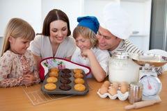 presentera för muffiner för familj som glatt är deras Arkivbild