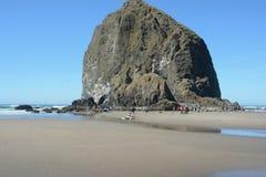 Presentera höstacken vagga på kanonstranden, Oregon royaltyfri foto