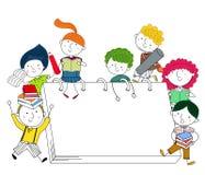 Presentera ungar som spelar runt om jätte- böcker Royaltyfri Fotografi