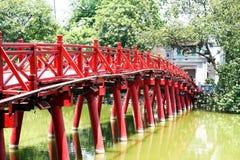 Presenterade den röda bron i Hanoi kallade -huc-bron Arkivbild