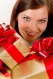presenterar den lyckliga holdingen för jul kvinnan Royaltyfri Bild